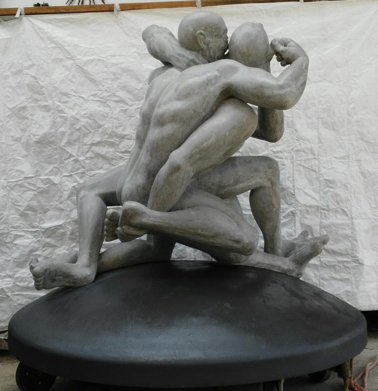 """Andreas Nehring, """"Teamwork"""" eine lebensgroße Statue aus versiegeltem Stahlbeton."""