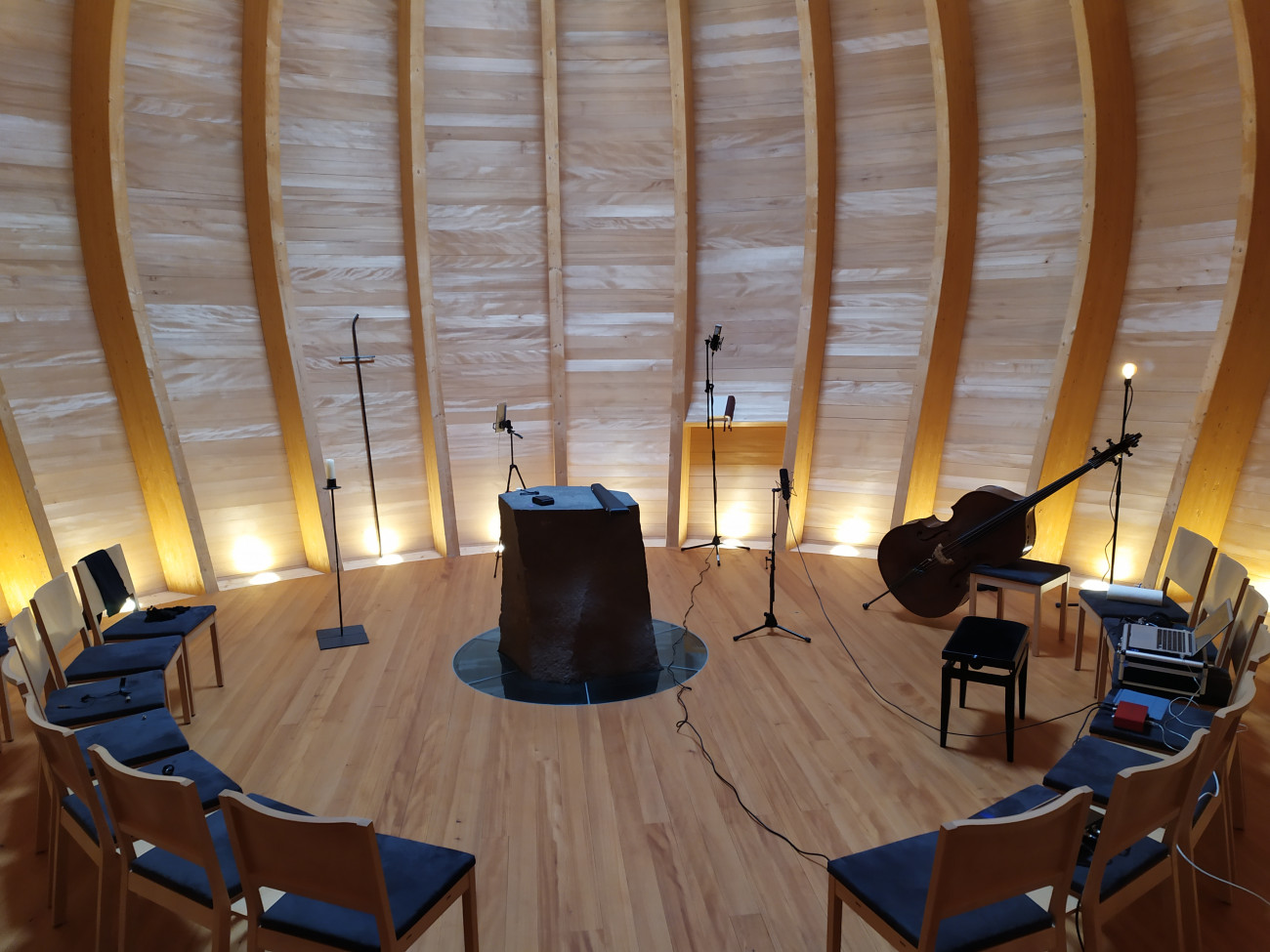 Kontrabass Hanns Höhn, Quartessenz- Kontrabass in der Holzkapelle Hanns Höhn
